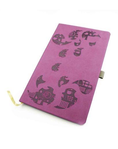 Tłoczenie na sucho na fioletowym kalendarzu