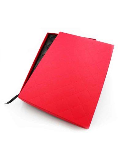 Kalendarz w czerwonym opakowaniu