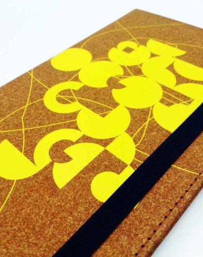 Żółty nadruk na notesie