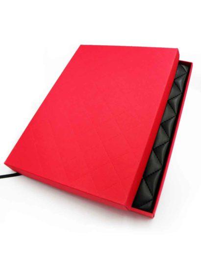 Czerwone pudełko do kalendarza
