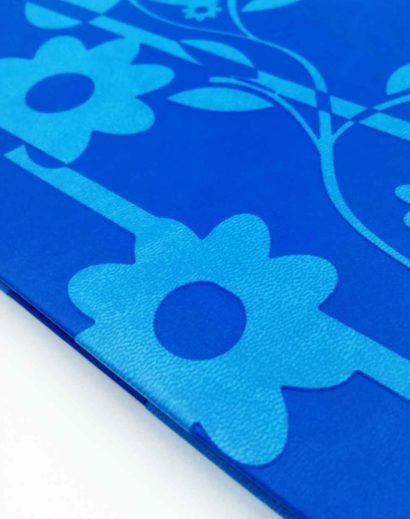 Tłoczenie na sucho kalendarz błękitny kwiaty