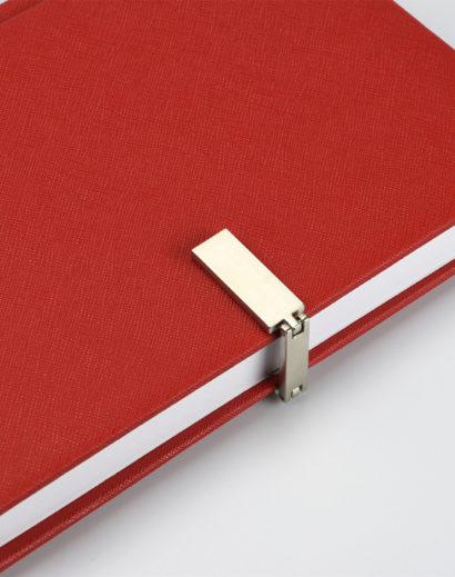 Autorski kalendarz książkowy czerwony z zapięciem