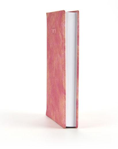 Różowy kalendarz książkowy